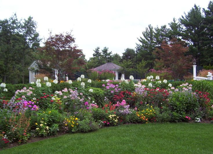 Houzz article on designing flower gardens formal casual for Flower bed design ideas