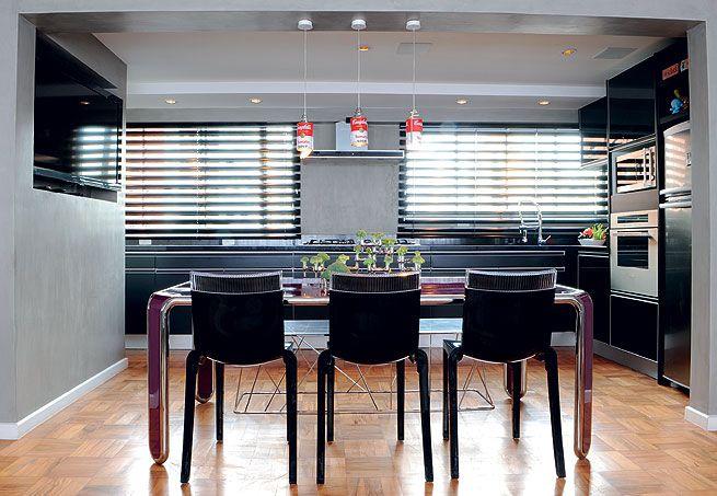Aberta para a sala, a cozinha deste apartamento no bairro dos Jardins, em São Paulo, teve a parede pintada de cinza. A escolha desta cor, feita pelo designer de interiores Gustavo Jansen, foi proposital: o morador é um homem