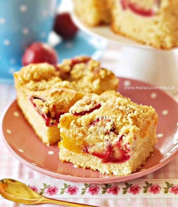 Proste ciasto drożdżowe z owocami i kruszonką