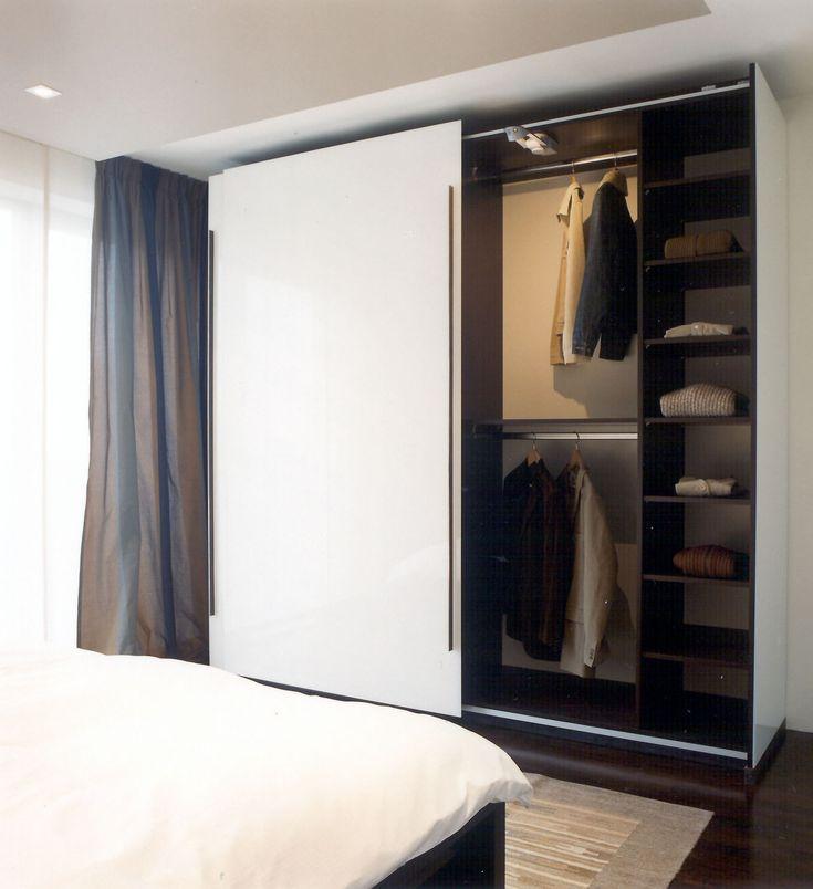 Unique Kleiderschrank im Schlafbereich aus innen Wenge und au en komplett in Diamantglas belegt Innenbeleuchtung wird aktiviert