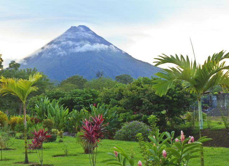 Med vulkaner, kratersøer, vandfald og tropiske regnskove har Costa Rica meget at byde på på trods af dets lille areal.