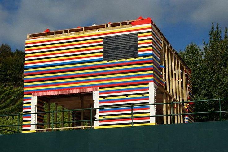 Дом-конструктор Лего в Англии. Идея создания этого дома принадлежит человеку по имени James May. Дом строили сотни добровольцев из более чем 3 миллионов блоков.