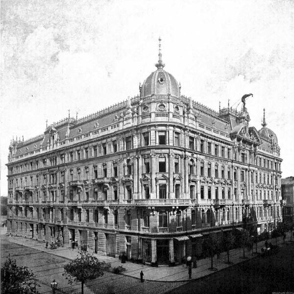 """Dom Towarzystwa Ubezpieczeniowego """"Rosja"""" Widok budynku od strony narożnika ulic Moniuszki i Marszałkowskiej"""
