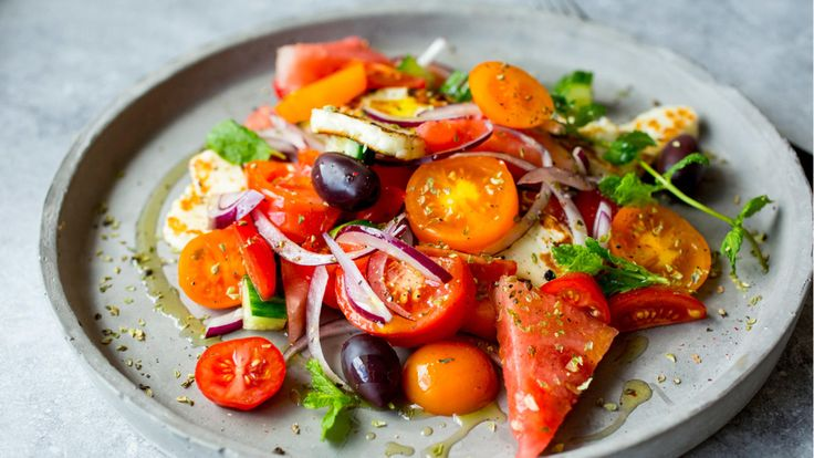 En greskinspirert salat passer til solfylte dager eller grå dager hvor du vil drømme deg bort til sommer og ferie. Skjær salat og grønnsaker i den mengden du ønsker, og topp det med grillet halloumi-ost.     Halloumi er en halvfast hvit ost som er spesielt populær på Kypros. Osten er salt og har en noe gummiaktig konsistens. Den lages av både sau- og geitemelk (og noen ganger kumelk) og er ofte lett krydret med mynte. Osten bevarer sin fasong ved oppvarming noe som gjør den spesielt godt…