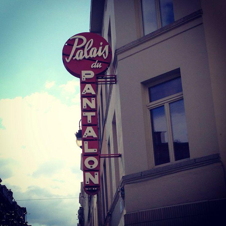 In het Palais du Pantalon verkochten ze vroeger broeken. Er stonden ook nog oude geschilderde letters op de gevel, maar die zijn helaas verd...