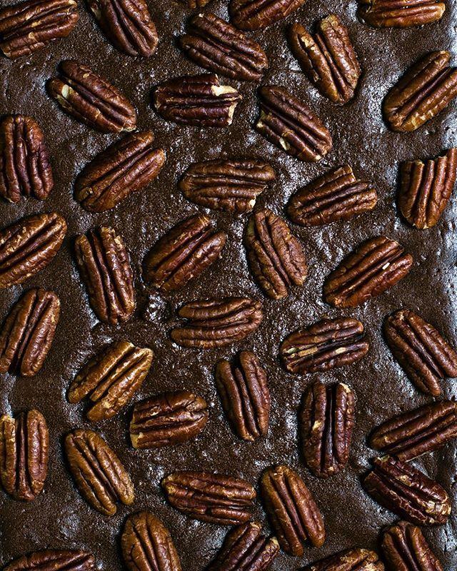 Брауни с пеканом🌿 Ингредиенты: - 220 грамм сливочного масла - 100 грамм темного шоколада - 200 грамм сахара - 120 грамм маскарпоне - 3 больших яйца комнатной температуры - 2 ч.л. ванильного экстракта - 60 грамм муки - 55 грамм несладкого какао-порошка - 1/4 ч.л. соли - около 100 грамм орехов пекан