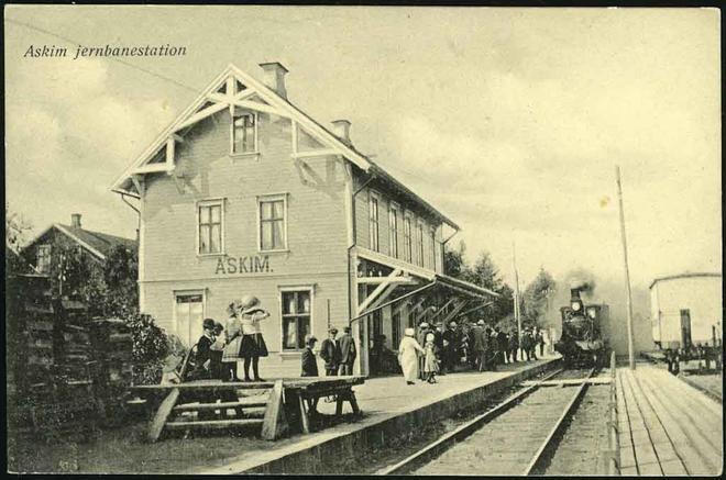 Askim jernbanestasjon. Østfoldbanen. Masse folk og tog. Tidlig 1900-tall