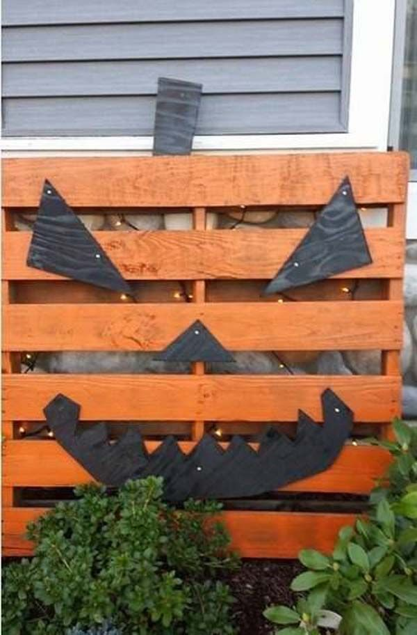 Pallet pumpkin - 20 Halloween Decorations Crafted from Reclaimed Wood