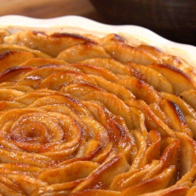Close-up jablečný koláč pečený ve tvaru růže