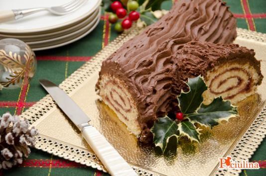 Il tronchetto di Natale è un dolce tradizionale delle festività natalizie realizzato con un rotolo di pasta biscotto farcito di confettura ai lamponi e...