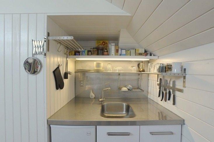 Кухонная раковина выполненная как единое целое со столешницей - удобное решение и для большой кухни, однако в маленькой кухне такое решение позволяет сделать раковину меньше.