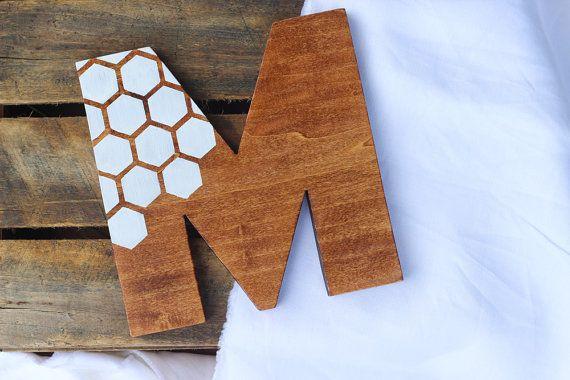 Mano verniciato a nido d'ape modello monogram legno parete arredamento, qualsiasi lettera, mano tagli