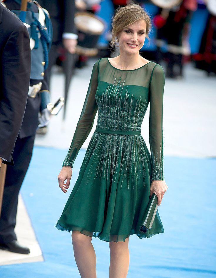 Letizia d'Espagne, dans une robe verte courte avec manche longue à encolure illusion
