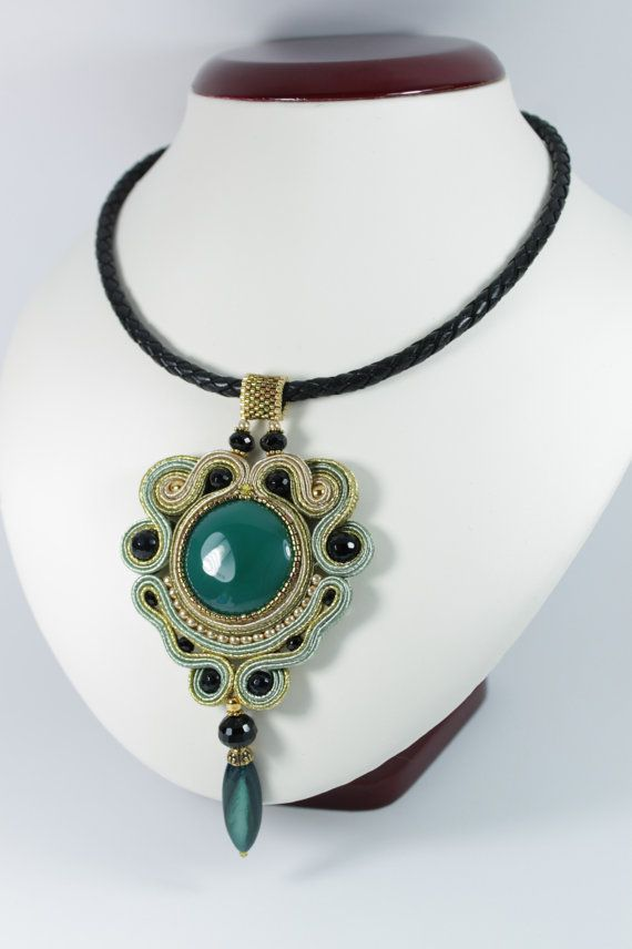 Soutache gold green pendant.. por SoftAmethyst en Etsy, €39.00