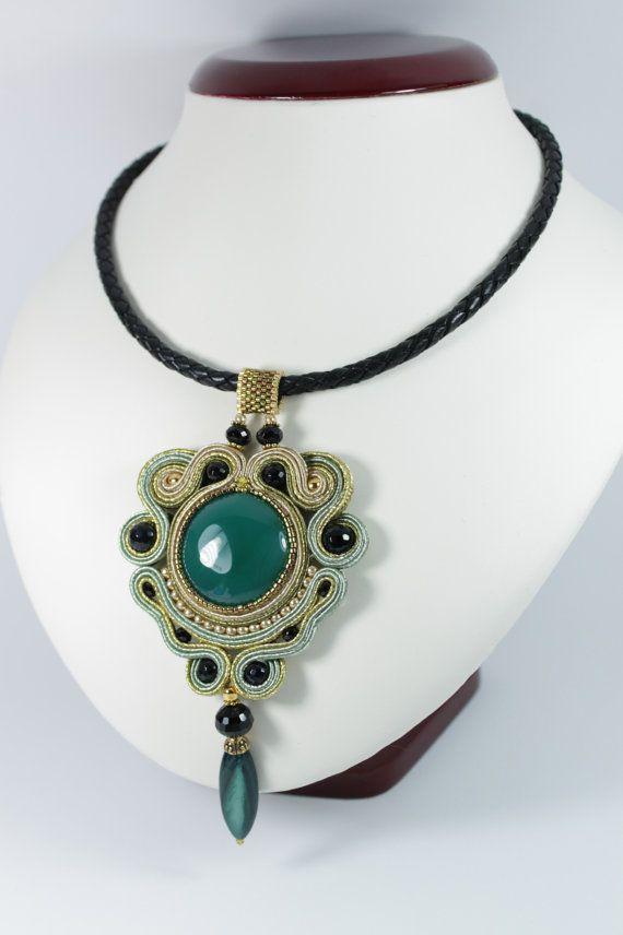 Soutache gold green pendant.. por SoftAmethyst en Etsy, €39.00