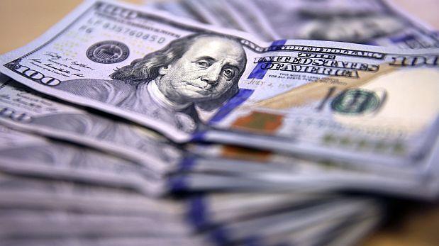 Reuters.El tipo de cambio cerró en un máximo minimo de casi 10 años por compras de dólares de empresas y de inversores extranjeros ante una caida de los precios del petroleo y por una constante preocupación por la economia de China. Enero 11, 2016.