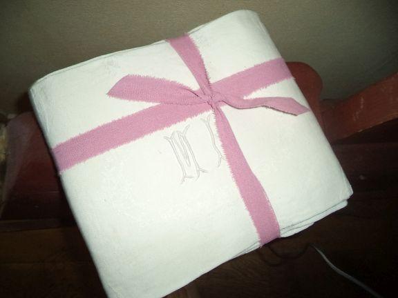 Het zijn echt prachtige servetten met hand geborduurde initialen MP, van oh wie oh wie !!!  Ze zijn in zeer goede staat en geweldig op je dinertafel al zal je ze maar draperen op een leuke stoel of in je woonkamer op tafel  Afmeting 75x62 cm