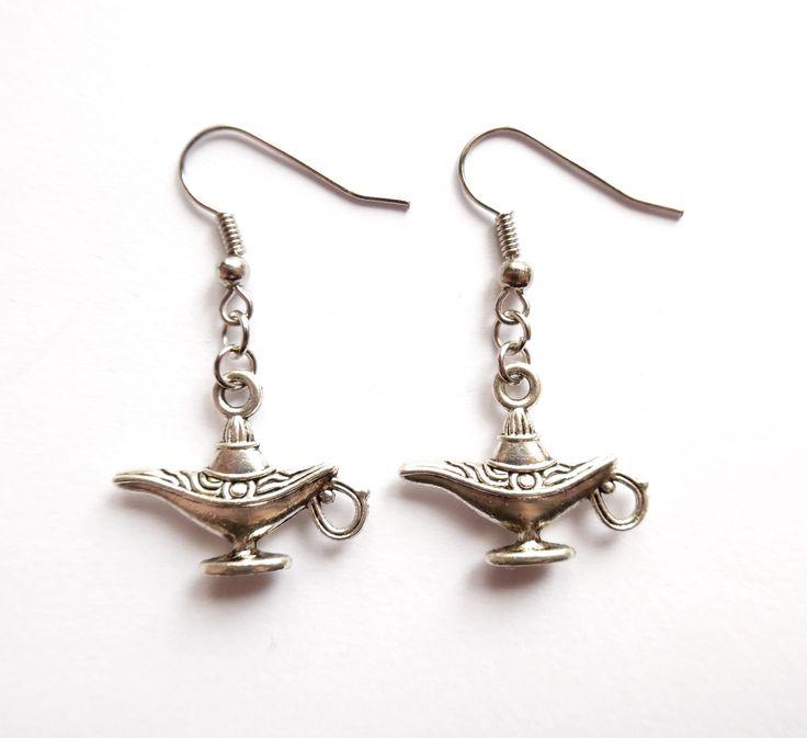 Silverpläterade örhängen med Aladdins magiska lampa.  Längd: 4cm  Nickelsäker