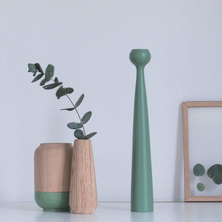 Poppy vase from Applicata. Formen på POPPY er enkel og skulpturel, inspireret af valmuers unikke frøstande. POPPY vasen vil pynte i dit hjem, både med eller uden blomster og grene.