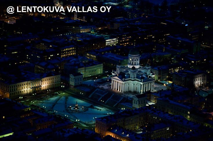 Helsinki, Tuomiokirkko yövalaistuksessa Ilmakuva: Lentokuva Vallas Oy