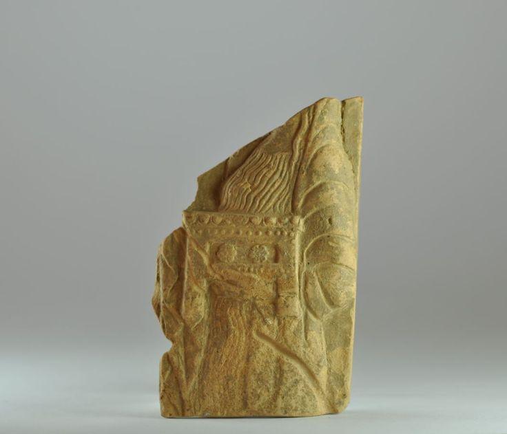 Pinakes Locri, 490-460 a.C. Tipo 8/34 Frammento di pinakes di Locri rappresentante una figura femminile drappeggiata che porta un bauletto decorato, 10,5 cm x 7 cm. Collezione privata, ex Archea gallery Amsterdam