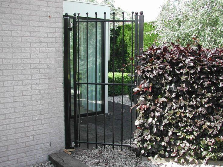 Looppoorten Twiske (9). Looppoort, poort van metaal maatwerk. De poort is vaak een aanvulling op het sierhekwerk in de voortuin, tuin.
