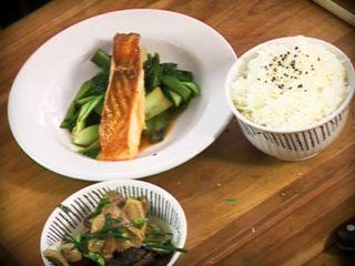 Salmón con arroz y wok de hongos, brotes y verduras