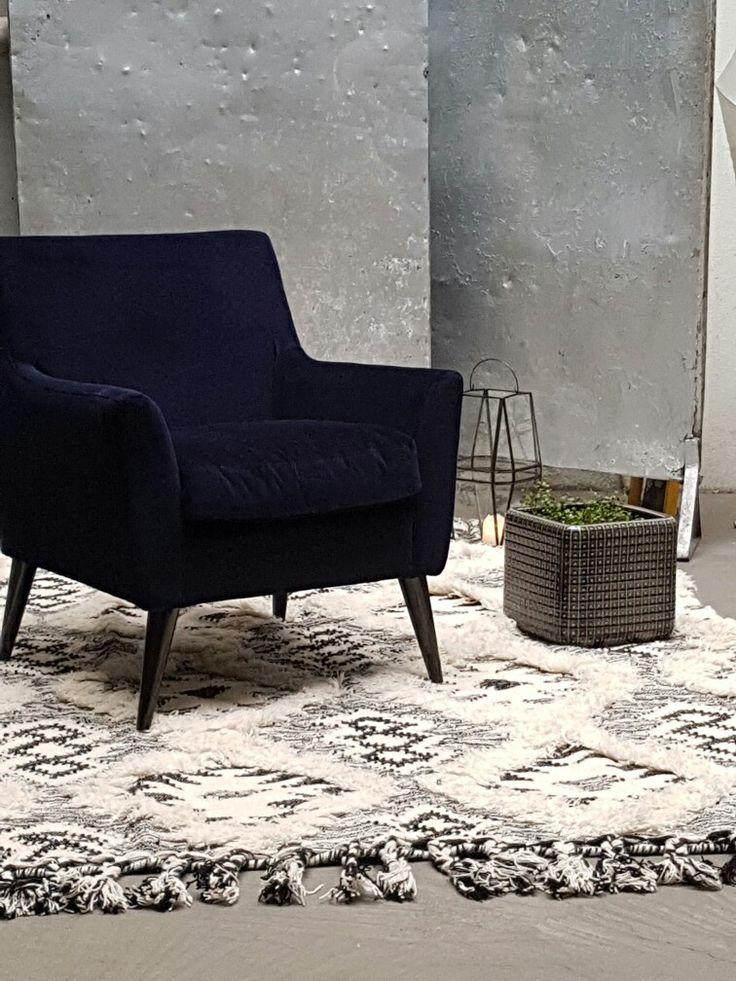 Denne lenestolen kommer i mange farger. Her på bildet er den i dyp mørk blå fløyel. Fløyelen er kortklippt slik den får en nydelig skinnende overflate uten å være blank
