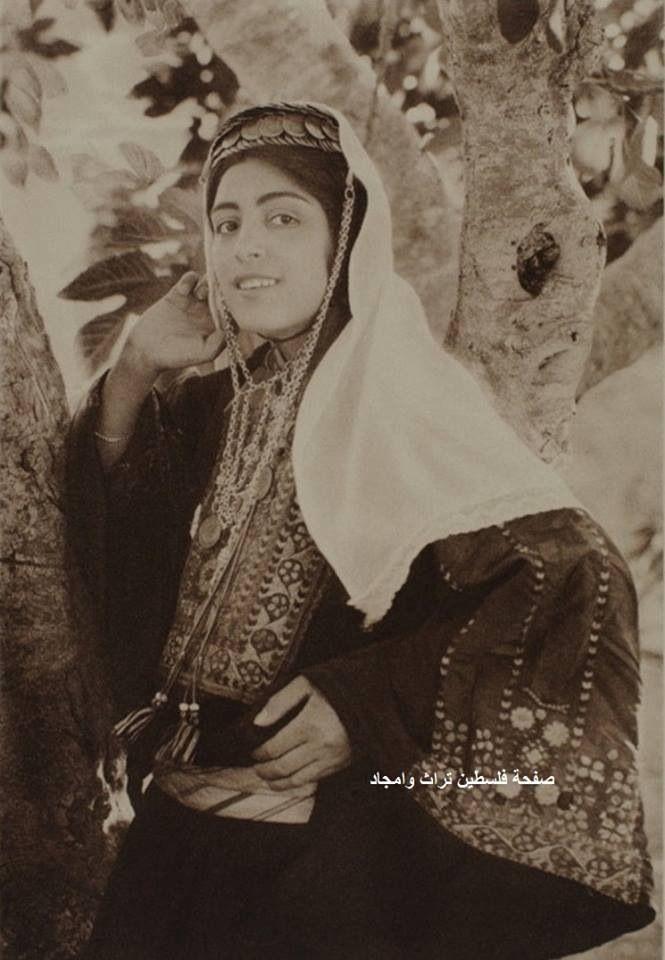 سيدة من بيت لحم، فلسطين ١٩٢٠  A lady of Bethlehem, Palestine 1920  Una señora de Belén, Palestina 1920