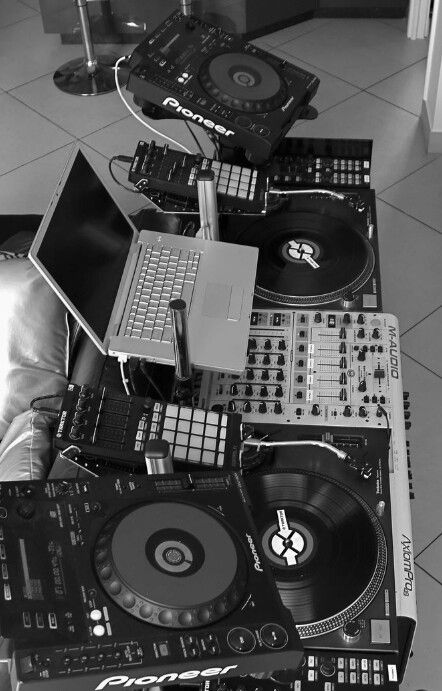 DJ Setup with Laptop, beatpads, DJ controller, CDJs and turntables House Music, Music Is Life, Music Studio Room, Studio Setup, Serato Dj, Dj Setup, Applis Photo, Dj Gear, Friend Pictures