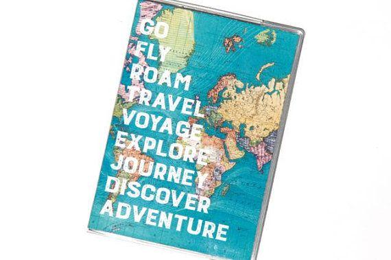 Reisepass-Abdeckungen sind eine einfache Geschenkidee für Sie oder jeden Reise-Liebhaber. Inhaber eines Reisepasses sind ein großen Abschluss Geschenk, Hochzeitsgeschenk, Flitterwochen vorhanden, Strumpf Stuffer oder auch nachdenkliche Reise Geschenk für jeden, der hat einen Pass und leidet an Fernweh.  Diese SUPER coole Passport Cover schützt Ihren Reisepass und stilvolles Aussehen zu Ihrer Reise.  Diese Pass-Abdeckungen bestehen aus dicken klare Lehre 12-Vinyl und eine gedruckte…