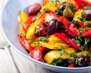 Salade gourmande Croq'Kilos de poivrons rôtis aux câpres et  olives : http://www.fourchette-et-bikini.fr/recettes/recettes-minceur/salade-gourmande-croqkilos-de-poivrons-rotis-aux-capres-et-olives.html