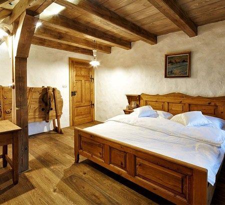 podlaha z fošen a trámový strop (jak jinak)