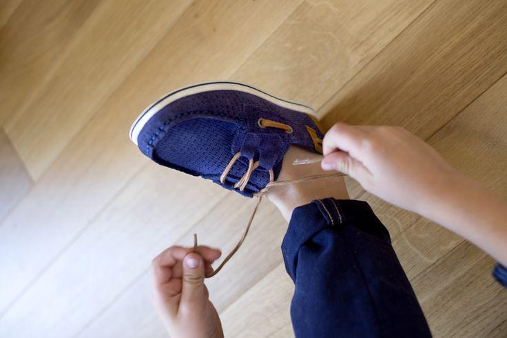 Les derbies LES CAILLOUX en croûte de cuir, ce sont des chaussures de grands adaptées aux plus petits. Inspirées des chaussures bateau, elles en empruntent la souplesse, le laçage latéral et les empiècements en cuir à l'arrière. Mais pour un enfilage plus facile, elles s ouvrent et se ferment à l aide de brides à scratch. On n'en oublie pas également le confort des petons avec la mousse sous le talon et la semelle intérieure en cuir. . #andrechaussures #kids #enfants #chaussuresbleues…