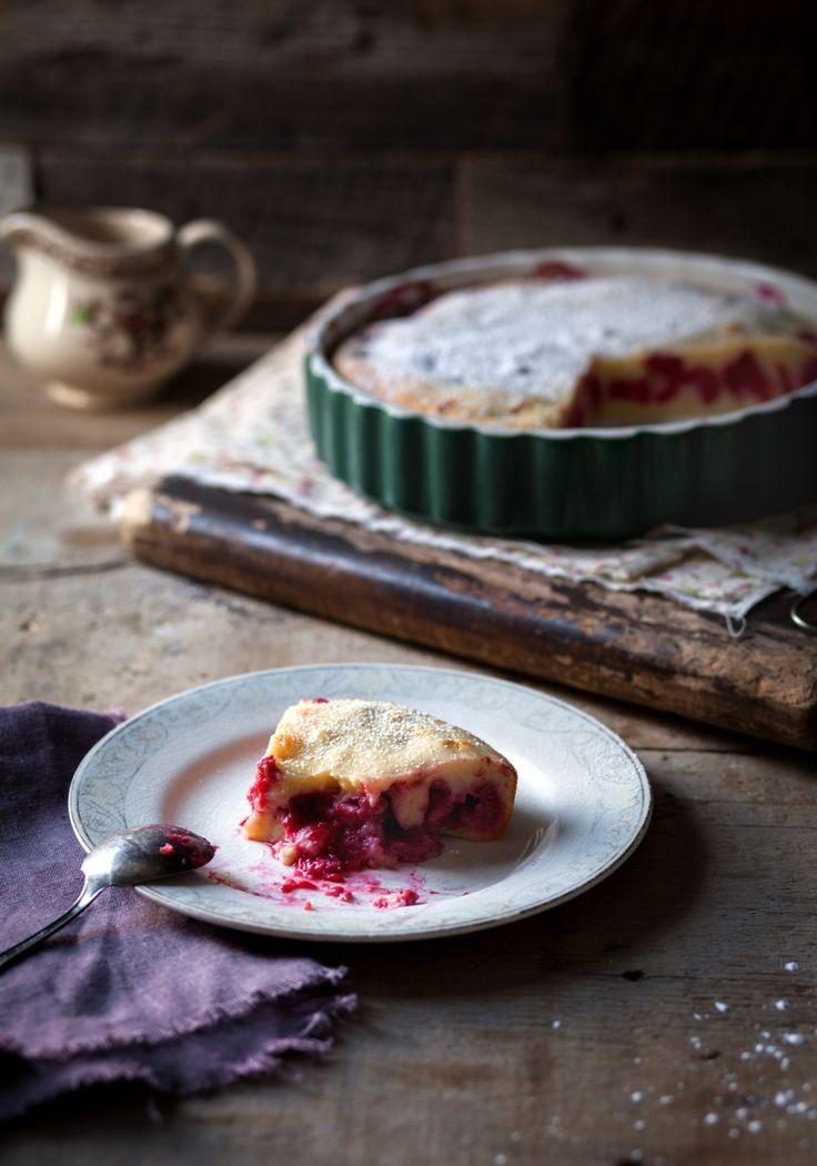 Le clafoutis est un gâteau de la cuisine française composé d'un étage de petits fruits que l'on recouvre d'une pâte de flan.