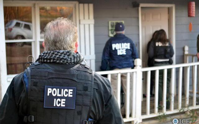 Ratusan imigran ditangkap dalam razia 'rutin' AS  WASHINGTON (Arrahmah.com) - Agen imigrasi federal AS menangkap ratusan imigran yang tidak memiliki dokumen di setidaknya empat negara bagian pekan ini dalam apa yang disebut oleh sejumlah pejabat sebagai aksi penegakan rutin.  Laporan dari aksi sapu bersih imigrasi minggu ini memicu keprihatinan di antara para pendukung imigrasi dan keluarga. Aksi ini dilansir sebagai tindak lanjut dari perintah eksekutif Presiden Donald Trump untuk membatasi…