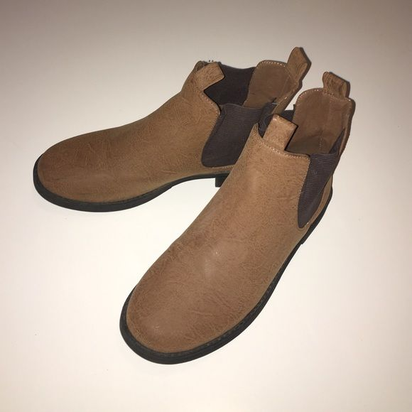 Tan Chelsea boots Trendy tan Chelsea boots from H&M! Have been worn a few times but are in great condition H&M Shoes Ankle Boots & Booties