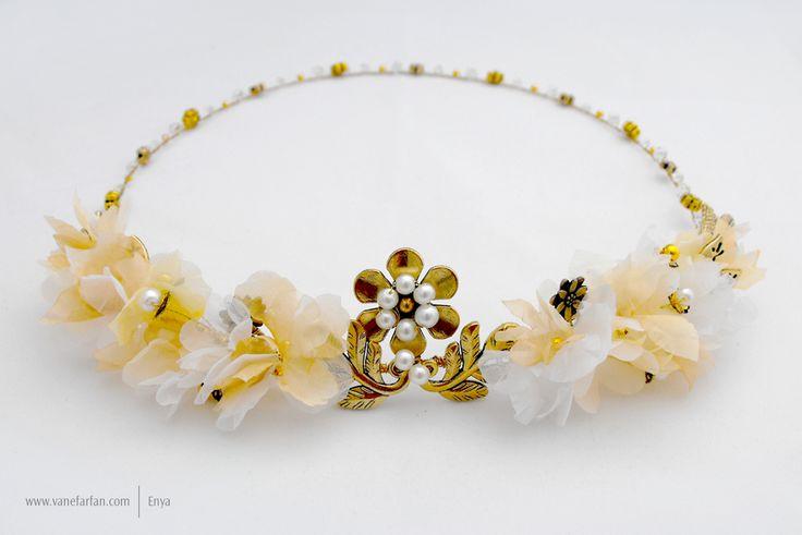 Corona de flores, apliques dorados, cristales y perlas.