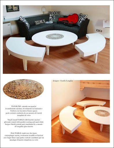 Tavolino rotondo con panche in multistrato marino, rivestimento in laminato e finitura con laccatura bianca opaca; parte centrale costituita da un mosaico di inserti irregolari di vetro