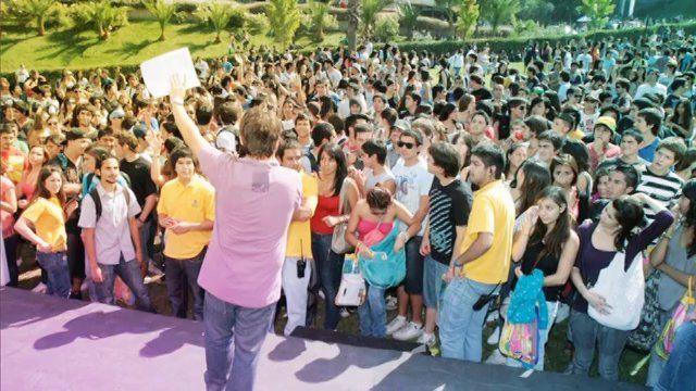 Te invitamos a la bienvenida de alumnos nuevo 2014. El martes 4 DE MARZO te esperamos en el Campus Huechuraba desde las 10:30 AM. No te puedes a Villa Cariño en vivo! #Bienvenidaumayor2014 #umtruestory #umayor #estudiantes