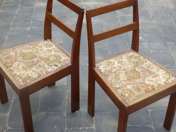 Te koop. Set van 2 oude leuke stoeltjes met gobelin-stof, die is in zeer goede staat! 15 euro p.s.