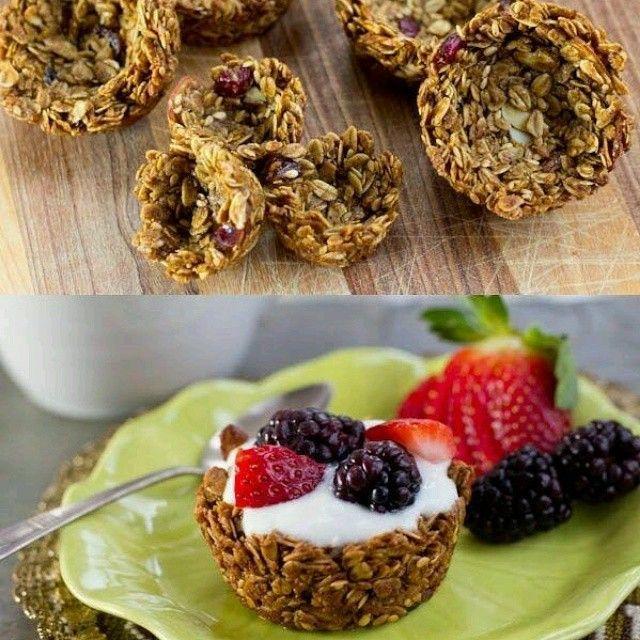 Olha que dica legal para fazer no café da manhã: misture 2 colheres de sopa de granola com 1 de mel. Coloque a mistura em uma forminha  de cupcake ou empada e asse por 10 minutos. Depois é só esperar esfriar e servir com iogurte e frutas vermelhas!