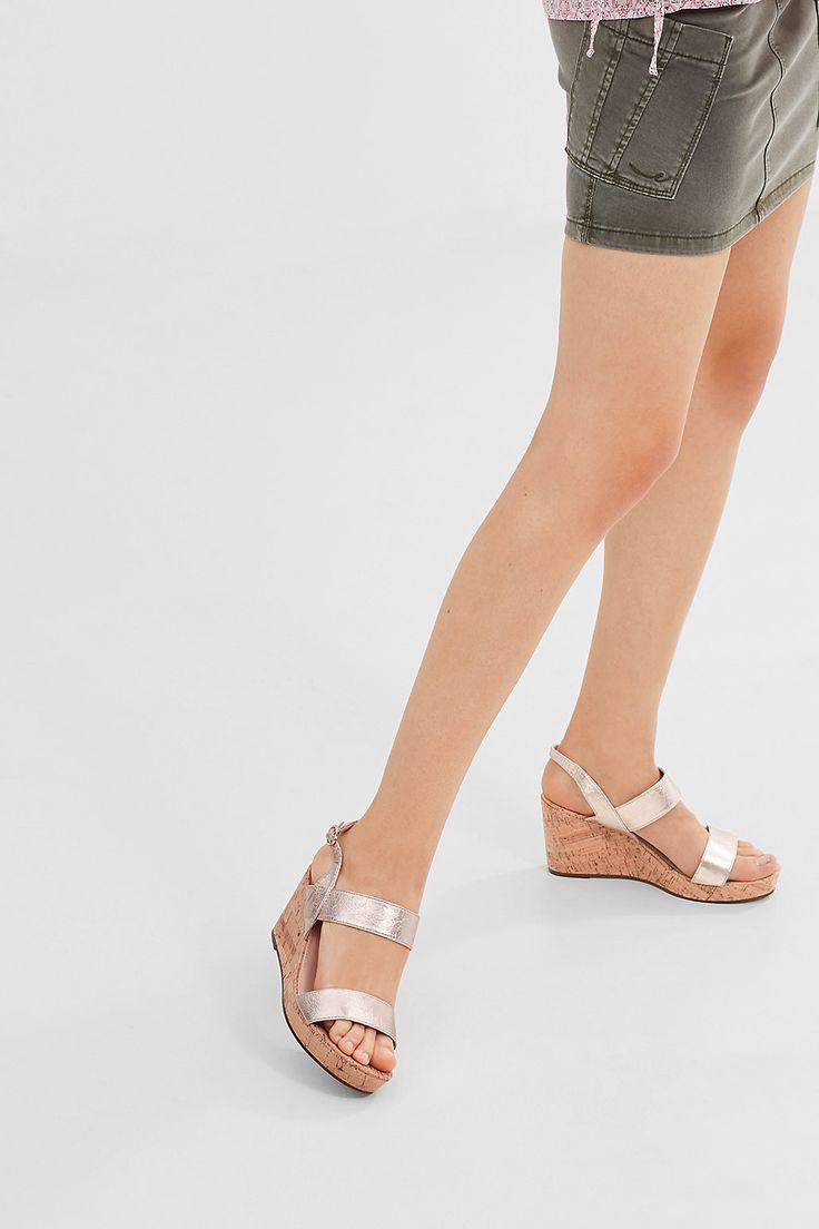 Ein Fashion Essential: Keil-Sandalette mit Korkabsatz. - Dieses Modell verbindet den Look eines modernen Klassikers mit dem aktuellen Metallic-Trend. - Ein Riemen um Ferse und Fessel sorgt für einen guten Sitz.