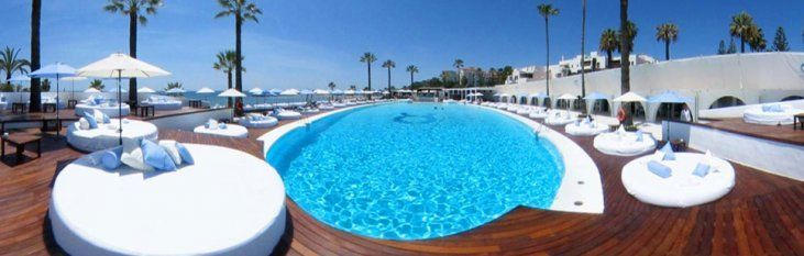 Ocean club in Marbella is te vergelijken met Nikki Beach, ook in Marbella. Ocean club is echter minder exclusief en iets minder duur dan Nikki Beach, maar biedt dezelfde soort luxe en ontspanning.