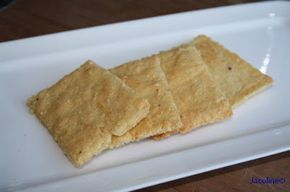 Kaascrackers 125 gram amandelmeel snufje Keltisch zeezout 1/4 theelepel baking soda 1 los geklopt ei 75 gram geraspte kaas