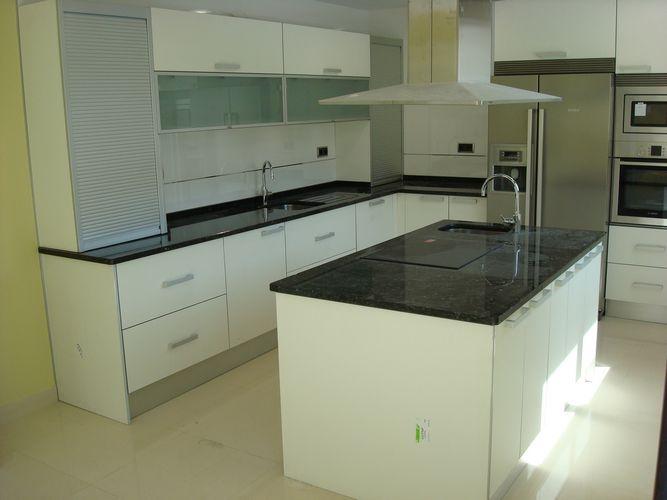 Dise o de cocinas dise o de cocinas en getafe madrid blanco encimera granito negro intenso - Cocinas de diseno en sevilla ...