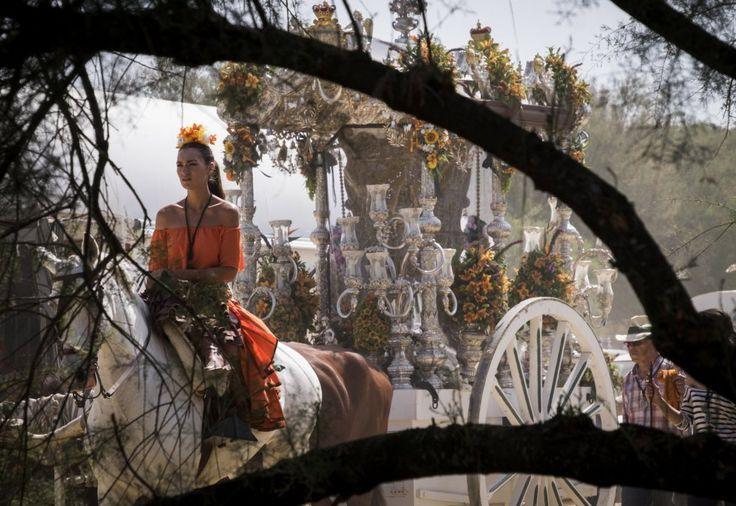 Una romera a caballo de la Hermandad de Puebla del Río (Sevilla) acompaña al Simpecado durante el camino hacia la aldea almonteña de El Rocío (Huelva).