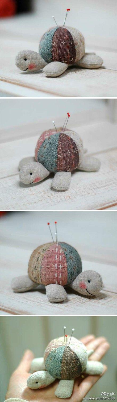 #手工作品欣赏#可爱的拼布小乌龟针插,先染布和棉麻布搭配,做针线活的朋友应该都喜欢这样可爱的针插吧!