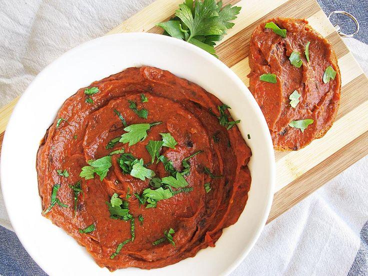 Pasta de vinete si ardei copti. Spre deosebire de binecunoscuta zacuscă, această pastă tartinabilă, fină, se prepară mult mai repede și e mult mai versatilă.