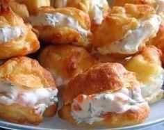 """Profiterolurile de brânză vor fi un platou elegant pentru masa de sărbătoare. Prima rețetă de profiteroluri a fost înregistrată în anul 1540 de către bucătarul francez, Popelini, care lucra ca bucătar la curtea Catherinei de Medicis. Pe acea vreme, aceste mici eclere se numeau """"poupelins"""" și erau umplute cu pastă de fructe. Veți surprinde plăcut …"""